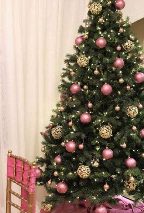 19- No pinheiro de natal as bolas e o encosto de cadeira tem a mesma cor para harmonizar o ambiente. Fonte: Promo Texas Magazine