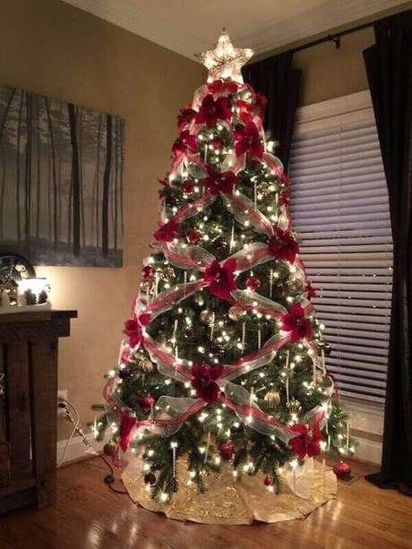 23-O pinheiro de natal artificial foi enfeitado com fitas e laços.Fonte: Pinterest