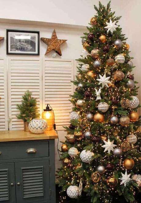28- Na decoração da sala de estar o pinheiro de natal, as paredes e os móveis foram enfeitados com estrelas brancas. Fonte: Revide