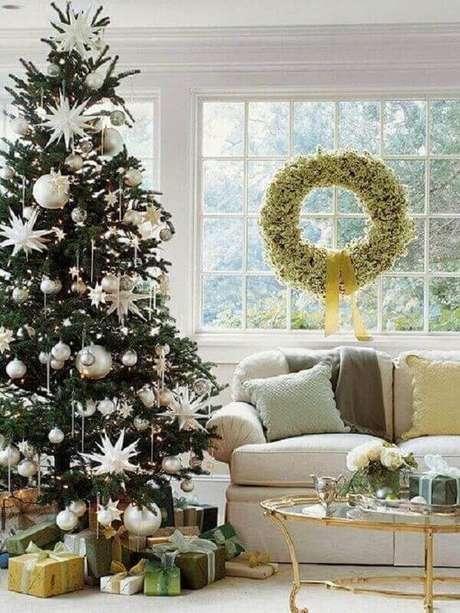 30- Os enfeites do pinheiro de natal combinam com o sofá e o embrulho dos presentes com a guirlanda. Fonte: Pinterest
