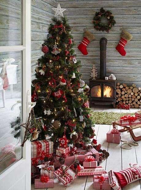 32- No pinheiro de natal vários enfeites com motivos natalinos foram pendurados. Fonte: Casa Três Chic