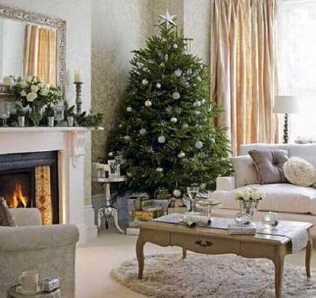 70- O pinheiro de natal grande foi colocado no canto da sala de estar próximo a janela. Fonte: Bonde