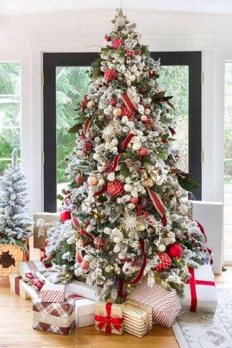 33- As fitas vermelhas complementam a decoração do pinheiro de natal. Fonte: Zevyjoy