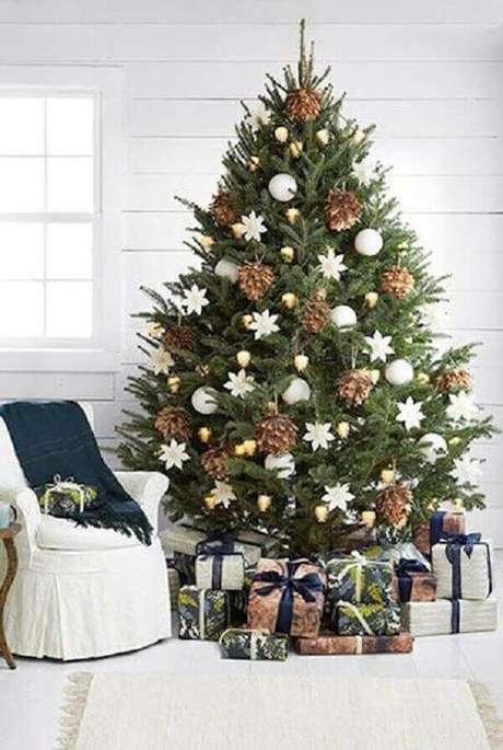34- No pinheiro de natal a decoração foi composta por pinhas secas e bolas brancas. Fonte: Ecstasy coffee