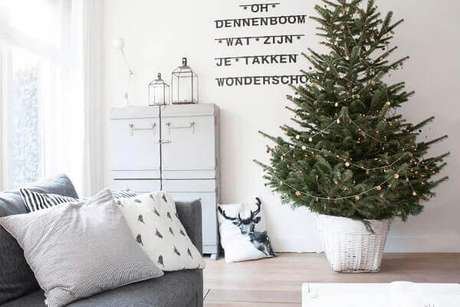 31- O pequeno pinheiro de natal foi enfeitado com minúsculos adornos. Fonte: Decoração Ideal