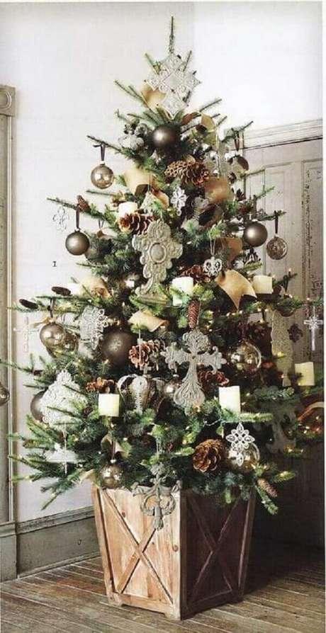 35- O cachepot do pinheiro de natal acompanha a decoração rústica do ambiente. Fonte: Idealista