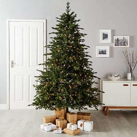 41- O pinheiro de natal tem luzes pisca- pisca e pequenas caixas de presentes. Fonte: Pinterest