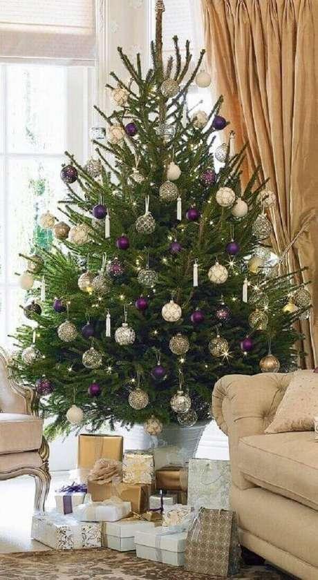 42- O pinheiro de natal natural decora o ambiente fino e requintado. Fonte: Pinterest