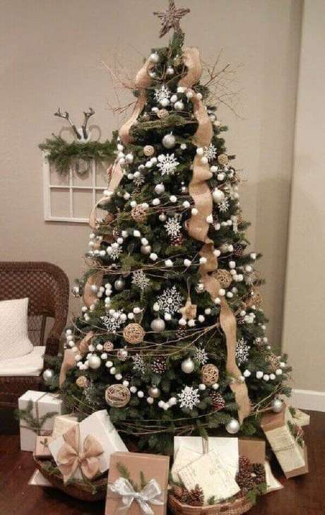 44- No pinheiro de natal foi utilizado fitas largas e cordão com bolas. Fonte: Tudo Especial