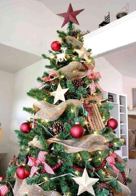 46- Para ambientes modernos, os enfeites do pinheiro de natal podem ser fitas douradas e estrelas grandes. Fonte: Over the edge design
