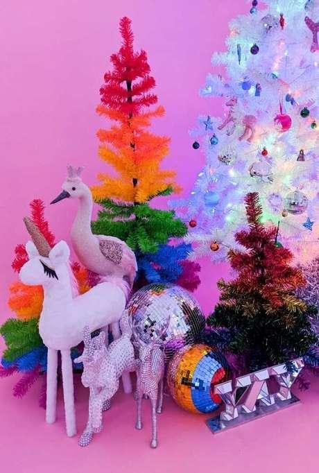 55- Pinheiro de natal repleto de cores e brilho. Fonte: Pinterest