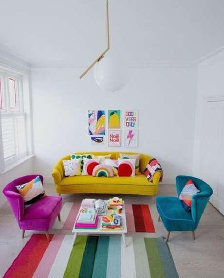 23. Sala de estar colorida com mesa de centro retrô branca para equilibrar a decoração. Fonte: Pinterest