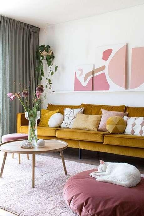 26. Sofá amarelo e mesa de centro retrô redonda decoram o cômodo. Fonte: Follow the colours