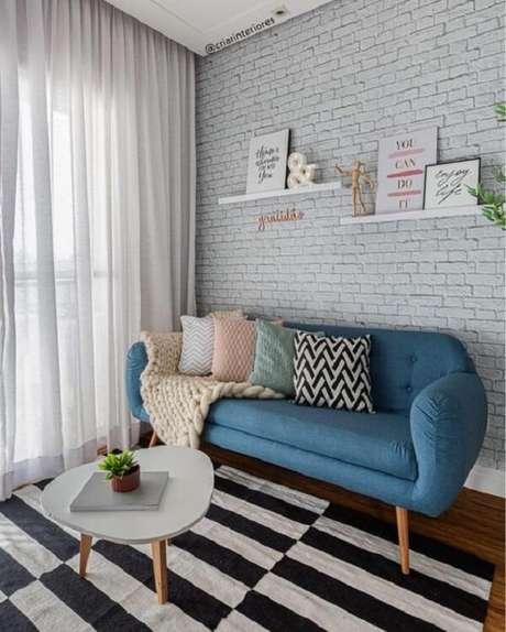 9. Sofá, mesa de centro estilo retrô e tijolinho branco complementam a decoração do ambiente. Fonte: Pinterest