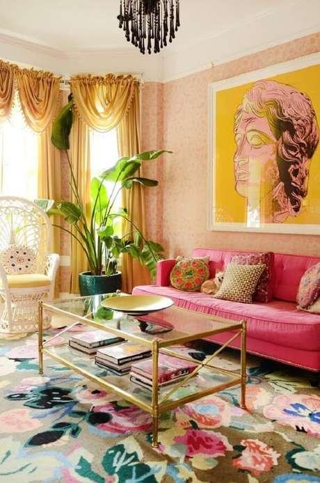 14. Sofá rosa e mesa de centro estilo retrô com acabamento em dourado é pura sofisticação. Fonte: Apartment Therapy