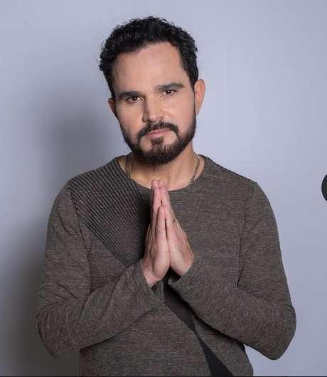 Luciano Camargo é convidado da live Nos Bastidores desta sexta (16), às 16h