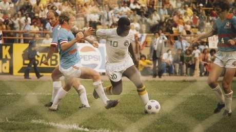 Após 18 anos jogando pelo Santos FC, Pelé foi contratado pelo New York Cosmos por três temporadas em 1975
