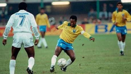Pelé usou a braçadeira como capitão do Brasil pela primeira vez em 1990, aos 50 anos
