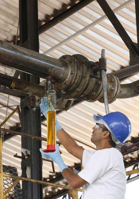 Trabalhador com amostra de biodiesel em Iraquara (BA)  31/03/2008 REUTERS/Jamil Bittar