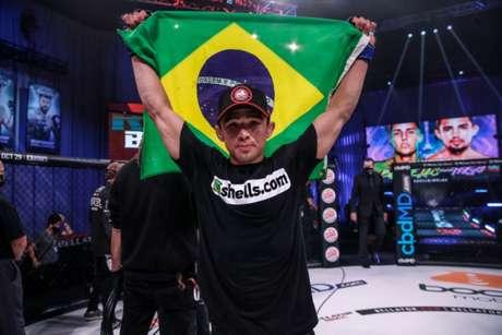 Leandro Higo venceu a segunda seguida e se aproxima do cinturão peso-galo (Foto: divulgação Bellator)