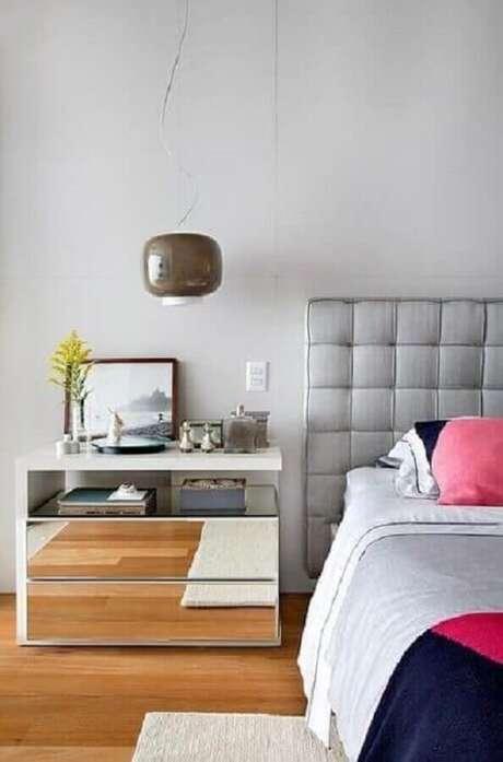 61. Decoração clean para quarto com cabeceira estofada cinza claro e criado mudo espelhado – Foto: Jeito de Casa