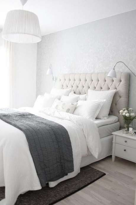 56. Cabeceira cinza claro para quarto de casal clean com lustre pendente branco – Foto: Architecture Art Designs