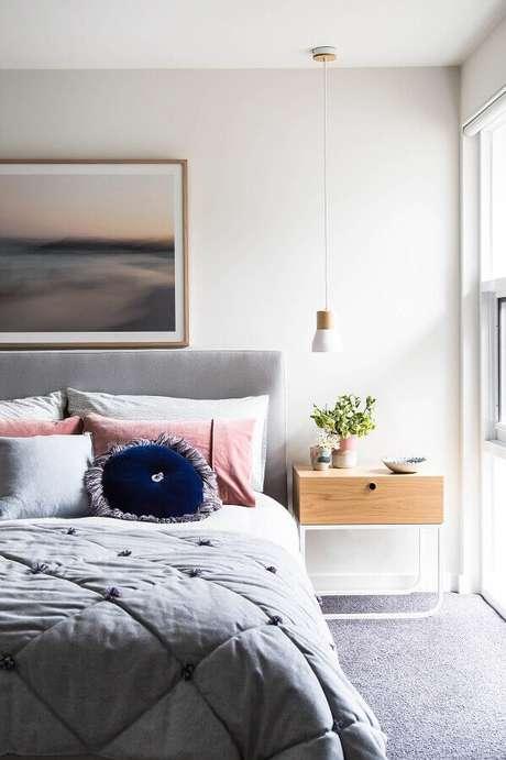 56. Decoração clean para quarto com cabeceira cinza estofada e criado mudo minimalista – Foto: Houzz