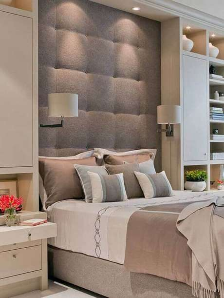 1. Devido sua tonalidade neutra, a cabeceira cinza se harmoniza facilmente em vários estilos de quartos – Foto: Arquitrecos