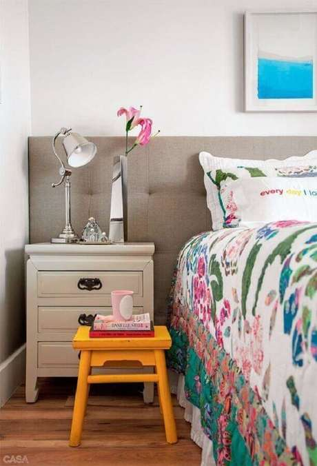 53. Cabeceira cinza estofada para decoração de quarto com jogo de cama colorido – Foto: Planète Déco