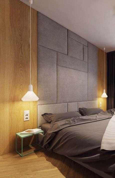 52. Decoração de quarto moderno com cabeceira cinza planejada até o teto e parede com revestimento de madeira – Foto: Home Fashion Trend