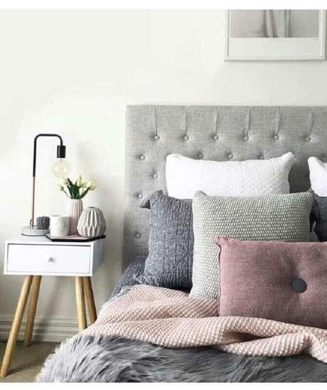 50. Cabeceira estofada cinza para decoração de quarto com criado mudo retro – Foto: Jeito de Casa