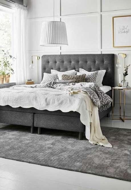 51. Cabeceira cinza escuro estofada para decoração de quarto de casal clássico com luminária de parede dourada – Foto: El Mueble
