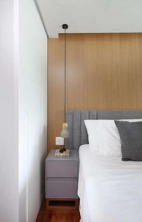 39. Cabeceira estofada cinza para decoração de quarto com parede de madeira – Foto: Casa de Valentina
