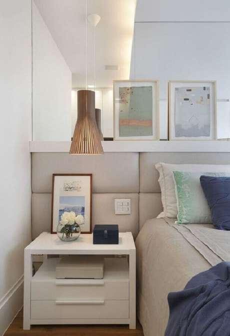 43. Quarto de casal decorado com cabeceira cinza clara instalada em parede espelhada – Foto: Apartment Therapy