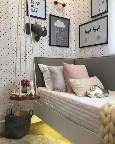 47. Quarto feminino decorada com papel de parede de bolinhas e cabeceira cinza solteiro que se estende na lateral da cama – Foto: Pinterest