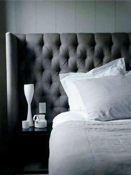 38. A cabeceira capitonê cinza também pode ser usada em quartos com estilo moderno – Foto: Fabio Fast