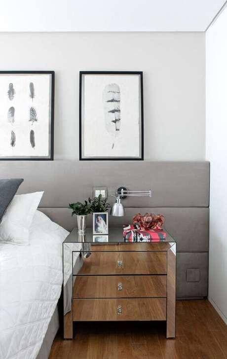 41. Decoração de quarto com cabeceira cinza estofada e criado mudo espelhado – Foto: Casa de Valentina