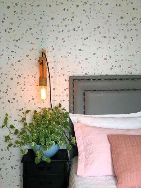45. Cabeceira cinza estofada para decoração de quarto com luminária de madeira na parede – Foto: Casa de Valentina