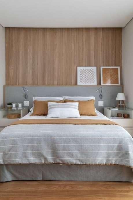 46. Quarto decorado com revestimento de madeira para parede e cabeceira cinza planejada – Foto: Pinterest