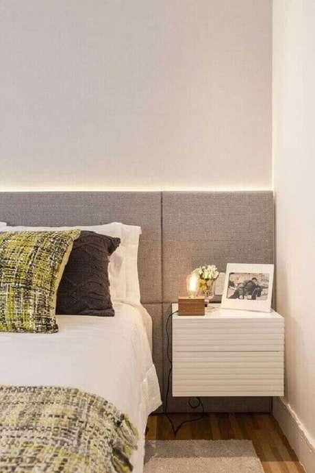 33. Cabeceira cinza planejada com criado mudo suspenso para decoração de quarto branco – Foto: Pinterest