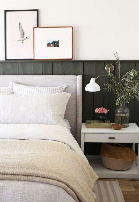 34. Cabeceira cinza estofada para decoração de quarto de casal com moldura de madeira atrás da cama – Foto: Juniper Home