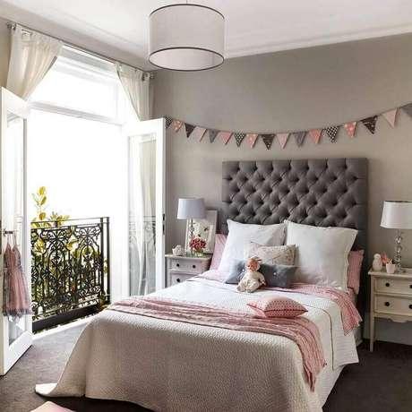 36. Decoração de quarto feminino com varal de bandeirinhas e cabeceira capitonê cinza – Foto: Pinterest