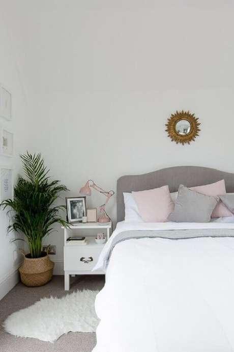 32. Decoração simples para quarto com vaso de planta e cabeceira cinza estofada – Foto: Casa de Valentina