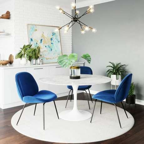 27. Mesa saarinen com cadeira azul – Via: All Modern