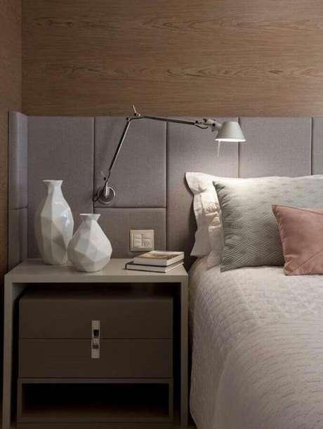 24. Decoração de quarto moderno e planejado com luminária de paerde em cabeceira cinza – Foto: Lolafá