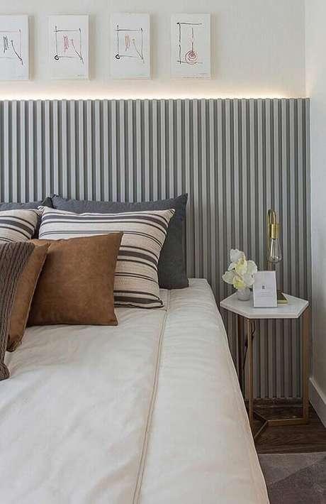 25. As ripas de madeira da cabeceira cinza dão um ar charmoso para a decoração do quarto branco – Foto: Construção e Design