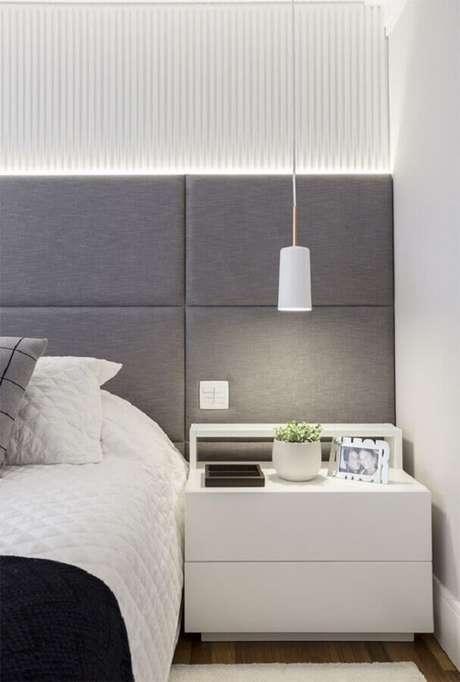 26. Decoração de quarto branco moderno com cabeceira estofada cinza com iluminação de LED embutida – Foto: Pinterest