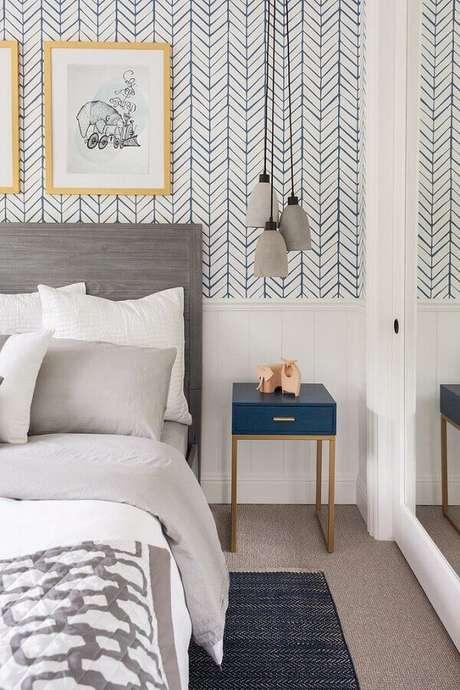 27. Quarto de casal decorado com papel de parede branco com estampa azul delicada e cabeceira de cama cinza – Foto: Fashionismo