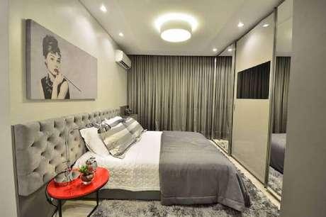 13. Cabeceira capitonê cinza para decoração de quarto amplo com guarda roupa planejado com espelho – Foto: BG Arquitetura