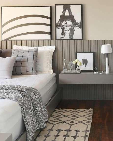 14. Decoração de quarto com quadros apoiados em cabeceira cinza de madeira – Foto: Casa de Valentina